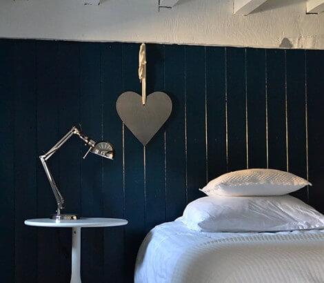 gastenkamer-blauwe-muur