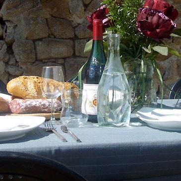 table-d'hote-grijs-tafellaken